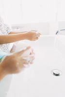 手洗いをする子供の手