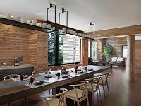 木製のダイニングテーブルがある部屋