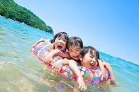 海辺で遊ぶ日本人の子供たち