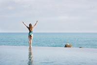 プールと海と女性