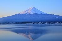 山梨県 河口湖 朝日に染まる富士山と湖面に映る逆さ富士