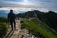 唐松岳山頂から唐松岳頂上山荘に向かう登山者