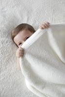 ベッドの上の裸の赤ちゃん