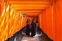 伏見稲荷大社 千本鳥居と羽織袴の女性達