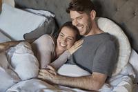 寝室で寛ぐカップル