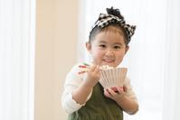 ご飯を頬張る日本人の女の子