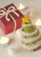フェルトのツリーと赤いクリスマスプレゼント