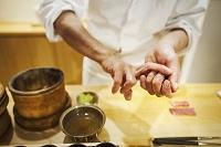 寿司を握る手元