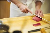 マグロを切る寿司職人