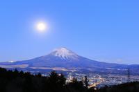 静岡県 乙女峠から見る夜明けの富士山と落月