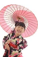 番傘をさす着物の女の子