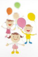 風船を持つ子供たちのクラフト