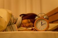 ベッドで眠っている日本人女性