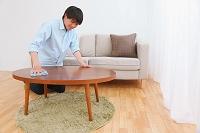 テーブルを拭く若い日本人男性