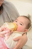 赤ちゃんにミルクを与えるお母さん