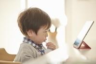 タブレットを見る日本人の男の子