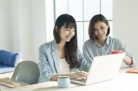 パソコンを使う20代女性2人