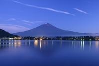 山梨県 夕暮れの河口湖より富士山