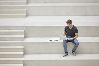 勉強する外国人男性