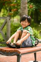 ベンチに座る男の子