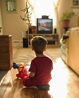 テレビをみている男の子