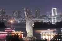 東京都 自由の女神とレインボーブリッジの夜景
