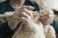 編み物をするシニア女性の手元