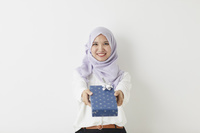 プレゼントを渡すムスリムの女性