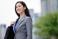 遠くを眺める日本人ビジネスウーマン