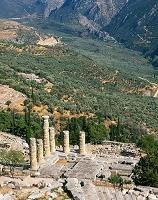 デルフィのアポロン神殿とオリーブ畑