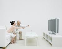 テレビを見る父と娘