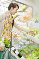 スーパーで買い物をする日本人女性