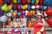 ベトナム ホイアン ランタンを作る外国人女性