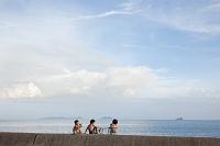 海辺に座る日本人の子供 瀬戸内