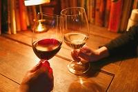ワイングラスを持つ手