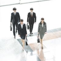 オフィスを歩く日本人ビジネスパーソン 俯瞰