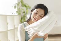 清潔なタオルに頬ずりする主婦