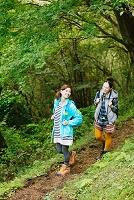 トレッキングする日本人女性