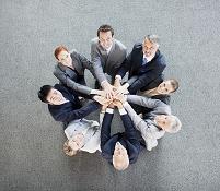 円陣を組むビジネスチームたち