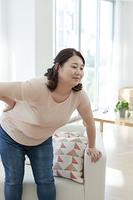 腰痛に苦しむ太った女性