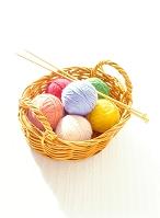 かごの毛糸玉と編み棒