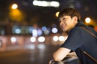 夜景を見つめる男性