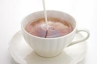 紅茶にミルクを注ぐ