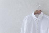 ハンガーに掛けられた白いシャツ