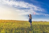 アイスランド 牧草地に佇む少女