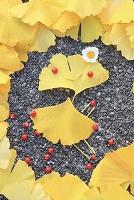 イチョウの葉と木の実のオブジェ