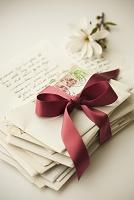 リボンで巻かれた手紙の束