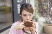 カプチーノを飲む若い日本人女性
