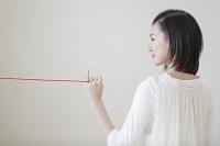 小指に赤い糸を結んだ日本人女性