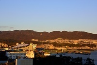 秋 六甲山並みえを照らす太陽